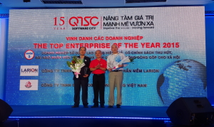 BTM Global founder and CTO Andy Huynh accepts the award from Quang Trung Software City.